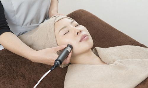 超音波導入施術中の女性