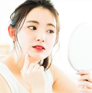 鏡をもつ女性